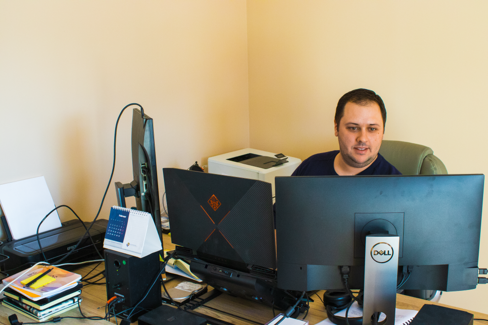 Mladen Stojanovic u kucnoj kancelariji