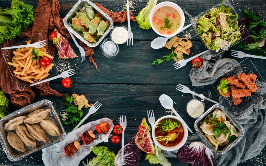 Raznovrsna hrana pripremljena i poređana na trpezi