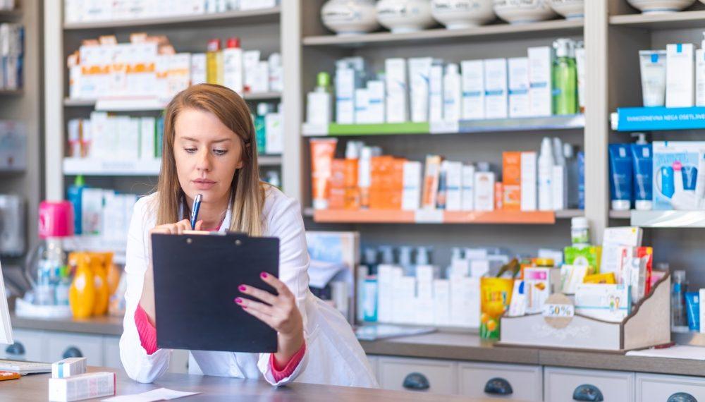 Farmaceut radi u apoteci