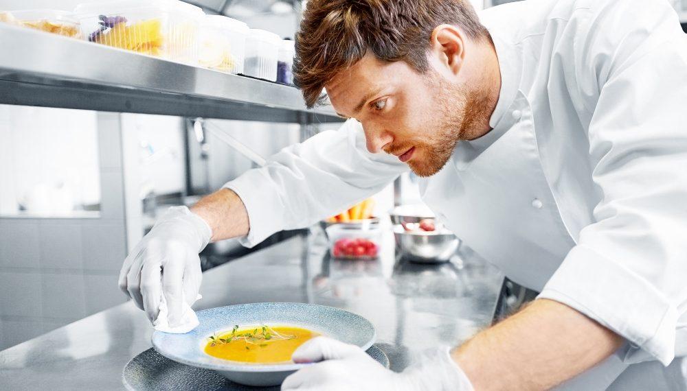 Kuvar u kuhinji sprema obrok